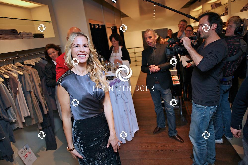 AMSTERDAM - In de PC Hooftstraat bij de bekende winkel OGER werd een Dress en Drinks evenement gehouden. De nieuwste collectie van Oger werd gepresenteerd en gelijk ook de daarbij behorende Chateau wijnen. Met op de foto Maik de Boer en Vivian Reijs. FOTO LEVIN DEN BOER - PERSFOTO.NU