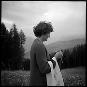 Die Tiere im Augenwinkel. Alpsommer auf Alp Eischoll ob Turtmann, Wallis, Familie Amman. Hier werden jeden Sommer mehrere Tonnen Raclette-käse produziert und mit der anfallenden Schotte / Molke Alpschweine gemästet. © Romano P. Riedo