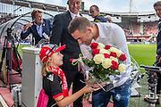 ALKMAAR - 28-08-2016, AZ - NEC, AFAS Stadion, 2-0, Vincent Janssen neemt afscheid en krijgt bloemen van een meisje, supporter.