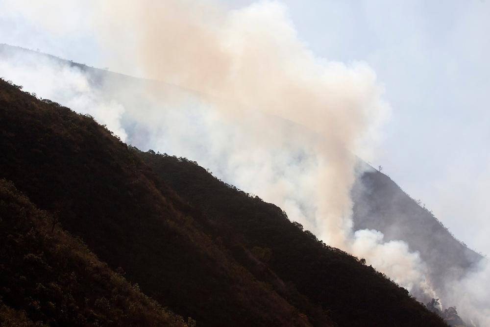 Moeda_MG, Brasil...Incendio na Serra da Moeda, Minas Gerais...Fire in Serra da Moeda, Minas Gerais...Foto: JOAO MARCOS ROSA / NITRO