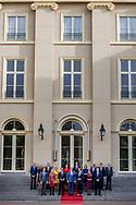 DEN HAAG - Het nieuwe kabinet Rutte III op het bordes van Paleis Noordeinde. (L-R voor) Halbe Zijlstra (minister van Buitenlandse Zaken), vicepremier Kajsa Ollongren (minister van Binnenlandse Zaken en Koninkrijksrelaties), premier Mark Rutte (minister van Algemene Zaken), koning Willem-Alexander, vicepremier Hugo de Jonge (Minister van Volksgezondheid, Welzijn en Sport), vicepremier Carola Schouten (minister van Landbouw, Voedselveiligheid en Regio) en Ferdinand Grappenhaus (minister van Justitie). (L-R achter) Arie Slob (minister van Onderwijs, Cultuur en Wetenschap), Sigrid Kaag (minister van Buitenlandse Handel en Ontwikkelingssamenwerking), Eric Wiebes (minister van Economische Zaken en Klimaat), Ank Bijleveld (minister van Defensie), Ingrid Engelshoven (minister van Onderwijs, Cultuur en Wetenschappen), Wopke Hoekstra (minister van Financien), Cora van Nieuwenhuizen (minister van Infrastructuur en Milieu), Wouter Koolmees (minister Sociale Zaken) en Bruno Bruins (minister voor Medische Zorg). ANP ROYAL IMAGES ROBIN UTRECHT