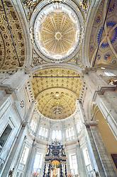 THEMENBILD - Die Lombardei ist eine norditalienische Region mit einer Fläche von 23.863 km und ca.9,8 Mio. Einwohnern. Sie ist in zwölf Provinzen aufgeteilt und liegt zwischen Lago Maggiore, Po und Gardasee. Bilder aufgenommen am 21. August 2013, im Bild Innenaufnahme Kuppel nach Innenaufnahme Kuppel nach Pl¬änen von Filippo Juvarra, Chorraum und Altar der Kathedrale Comer Dom, Dom Santa Maria Maggiore // THEMES PICTURE - Lombardy is a northern Italian region with an area of 23,863 km and a population of 9,8 Mio. It is divided twelve provinces and is situated between Lake Maggiore, Lake Garda and Po. Pictured on 2013/08/21. EXPA Pictures © 2013, PhotoCredit: EXPA/ Eibner/ Michael Weber<br /> <br /> ***** ATTENTION - OUT OF GER *****