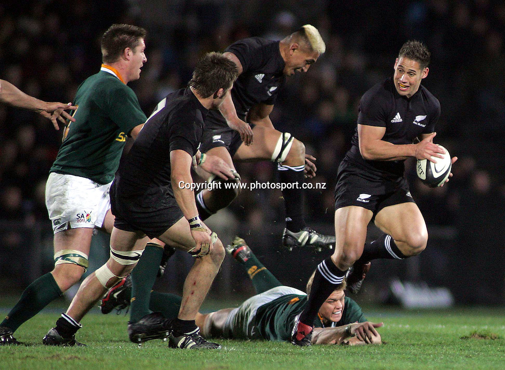 All Black five eight Luke McAlister in action during the Tri Nations rugby test match between the All Blacks and South Africa at Carisbrook in Dunedin, New Zealand on Saturday 27 August, 2005. The All Blacks won 31-27. Photo: PHOTOSPORT<br /><br /><br />132683