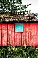 Casa de madeira colorida na comunidade da Praia do Saquinho. Florianópolis, Santa Catarina, Brasil. / Colorful wooden house at Saquinho Beach community. Florianopolis, Santa Catarina, Brazil.