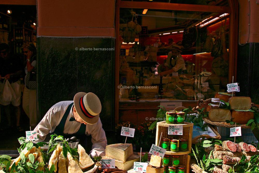 ITALY, Liguria, Rapallo:boutique gastronomica nel centro....ITALY, Liguria, Rapallo: gastronomique boutique in the centre of the town