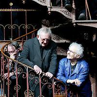 Nederland. amsterdam.30 januari 2004..schrijvers Jan wolkers, Hugo Claus en Remco Campert (achtergrond) tijdens fotosessie groepsportet n.a.v. 60-jarig bestaan uitgeverij de Bezige Bij.