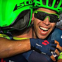 Frankrijk, Escaldes-Engordany, 12-07-2016<br />Wielrennen, Tour de France, 10e etappe.<br />Van Escaldes-Engordany naar Revel.<br />Michael Matthews ( rechts ) wint de sprint en bedankt na de finish zijn ploeggenoot Luke Durbridge die hem in de kopgroep aan de overwinning heeft geholpen samen met Daryl Impey.<br />Foto: Klaas Jan van der Weij