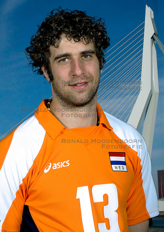 18-05-2010 VOLLEYBAL: NEDERLANDS HEREN VOLLEYBAL TEAM: CAPELLE AAN DE IJSSEL<br /> Reportage Nederlands volleybalteam mannen / Yannick van Harskamp <br /> &copy;2010-WWW.FOTOHOOGENDOORN.NL