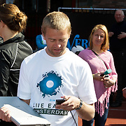 NLD/Amsterdam/20100418 - Run For Water: Live Earth 2010, Anthonie Kamerling heeft meer interesse in zijn telefoon om te twitteren dan voor prins Willem - Alexander