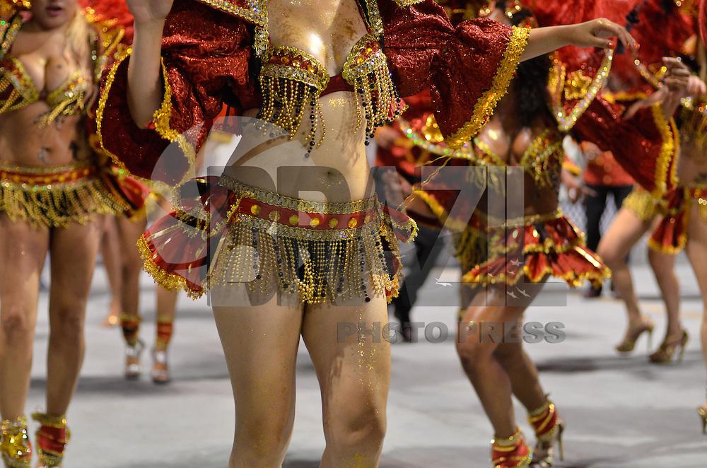 SAO PAULO, SP, 16 DE FEVEREIRO 2013 - CARNAVAL SP - DESFILE DAS CAMPEÃS  - Integrantes da escola de samba Águia de Ouro: terceira colocada do Grupo Especial, durante desfile das campeãs  no Sambódromo do Anhembi na região norte da capital paulista, na madrugada deste sábado, 16. FOTO: LEVI BIANCO - BRAZIL PHOTO PRESS