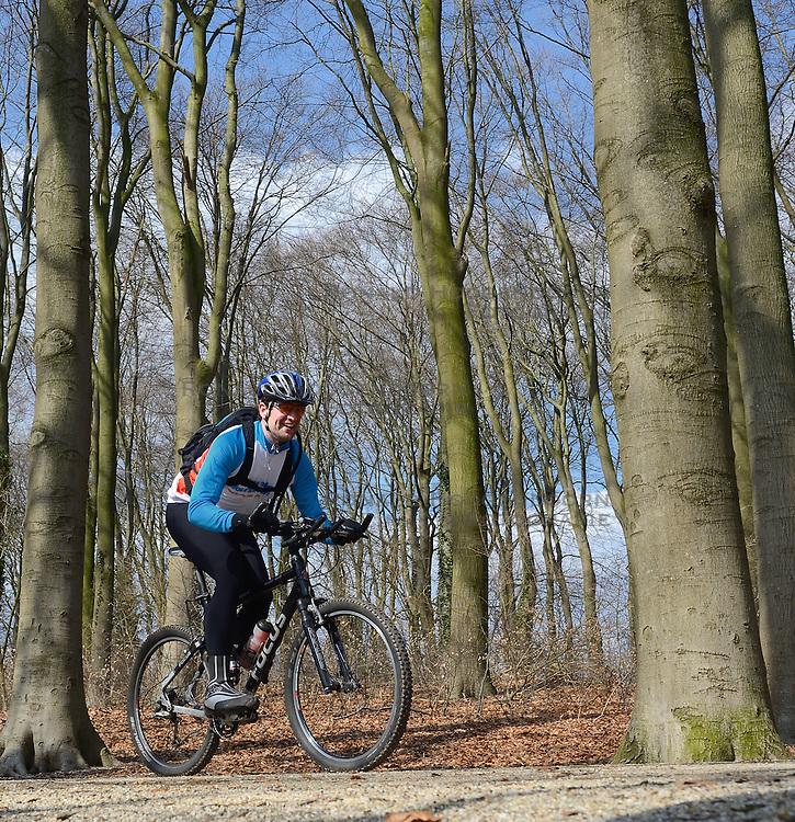 01-04-2013 ALGEMEEN: WE BIKE 2 CHANGE DIABETES: ARNHEM<br /> In de bossen bij Papendal werd de tweede meeting van de BvdGf gehouden met een fotosessie en een stukje biken / Roy<br /> &copy;2013-FotoHoogendoorn.nl