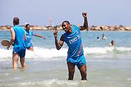 TEL AVIV, Jong Nederland ontspant in de Middellandse Zee, Europees Kampioenschap EK 2013 Israel voor Jongeren onder 21, 07-06-2013, Tel Aviv zee - strand, matchwinnaar van gisteren Jong Nederland speler Leroy Fer heeft er zin in.