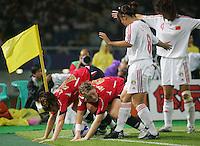 Fussball International Frauen WM China 2007 Viertelfinale  Norwegen - China Norway - China PR V.l.: Lise KLAVENESS und Isabell HERLOVSEN (NOR) gegen PAN Lina und WANG Kun (CHN).