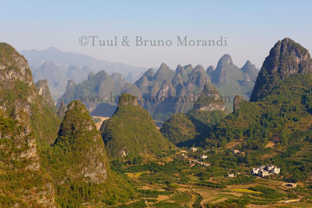 Chine, Province du Guangxi, region de Guilin, montagnes en forme de pains de sucre, region de Yangshuo // China, Guangxi province, Guilin, Karst Mountain Landscape around Yangshuo
