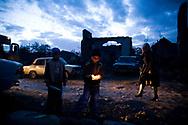 Novembre 2008. Ossétie du sud. Tskhinvali. Un enfant craque une allumette. Quartier juif. Trois Lada 2105. November 2008. South Ossetia. Tskhinvali. A child cracks a match. Jewish Quarter. Three Lada 2105.