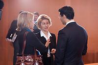 08 DEC 2010, BERLIN/GERMANY:<br /> Kristina Schroeder (L), CDU, Bundesfamilienministerin, Ursula von der Leyen (M), CDU, Bundesarbeitsministerin, und Philipp Roesler (R), FDP, Bundesgesundheitsminister, im Gespraech, vor Beginn einer Kabinettsitzung, Bundeskanzleramt<br /> IMAGE: 20101208-01-029<br /> KEYWORDS: Kabinett, Sitzung, Philip Rösler. Kristina Schöder