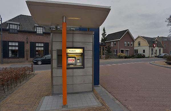 Nederland, Valburg, 5-4-2013In dit dorpje in de Betuwe staat een losse geldautomaat van de Rabobank. Er is geen bankkantoor meer. De enige in het dorp. Foto: Flip Franssen/Hollandse Hoogte