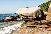 Pedra suspensa no canto direito da Praia da Tainha. Bombinhas, Santa Catarina, Brasil. / Suspended rock on the right side of Tainha Beach. Bombinhas, Santa Catarina, Brazil.