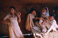Pakistan - Hijra, les demi-femmes du Pakistan - Intimité des tentes avant les danses du soir dans un cirque. // Pakistan. Punjab province. Hijra, the half woman of Pakistan. Intimacy under the tent before performing dance in the circus. // Pakistan. Punjab province. Hijra, the half woman of Pakistan