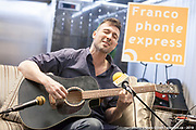 Allan Hurd à la guitare Portrait en direct lors de l'émission radiophonique Francophonie Express  à  Le Mount Stephen / Montreal / Canada / 2019-04-08, Photo © Marc Gibert / adecom.ca