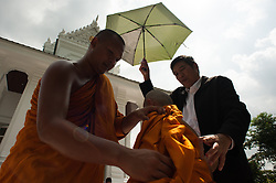 October 21, 2016 - Bangkok, Thailand - Thai mourners change robe after being ordained as monks to honor the late Thai King Bhumibol Adulyadej at Rama 9 Temple in Bangkok, Thailand, on October 21, 2016. (Credit Image: © Anusak Laowilas/NurPhoto via ZUMA Press)