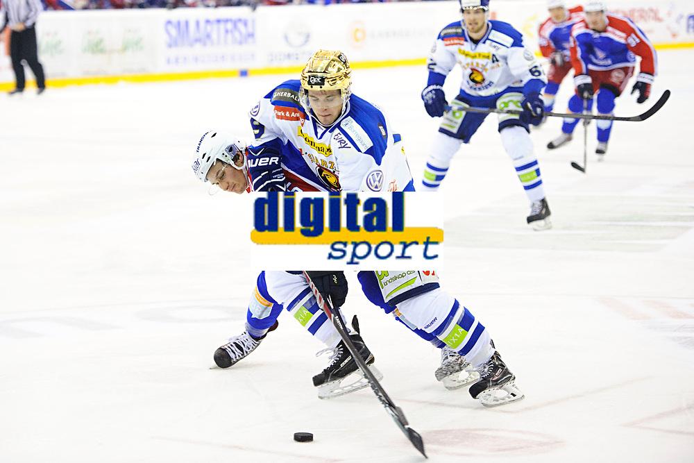Ishockey , GET-Ligaen <br /> 21. Oktober 2014 ,<br /> Vålerenga Hockey - Sparta Sarpsborg<br /> Brede Frettem Czisar i duell med Dion Knelsen <br /> Foto: Sjur Stølen