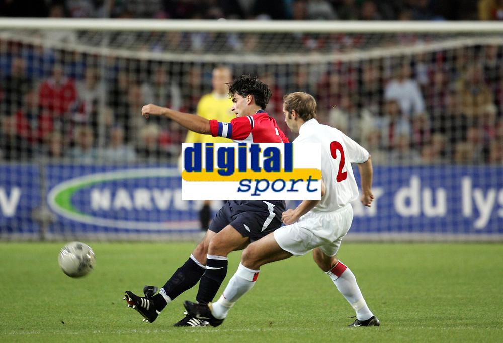 Fotball<br /> VM-kvalifisering<br /> Norge v Hviterussland<br /> Ullevaal stadion<br /> 8. september 2004<br /> Foto: Digitalsport<br /> Martin Andresen, Norge, og Aleksandr Kulchy, Hviterussland