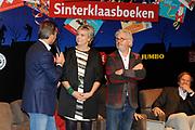 Presentatie van de Douwe Egberts Sinterklaasboeken in de Openbare Bibliotheek Amsterdam. <br /> <br /> Op de foto:  Winston Gerschtanowitz interviewt  prinses Laurentien en illustrator Jan Jutte