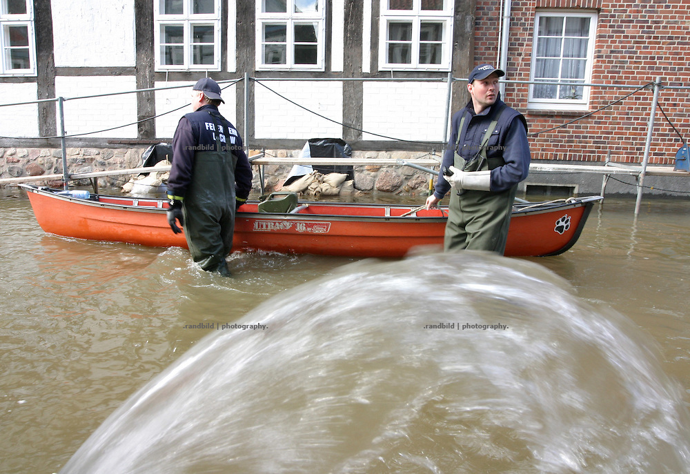 Freiwillige Helfer im von der Elbe überfluteten Hitzacker. Volunteers fight against the Elbe floods in Hitzacker.