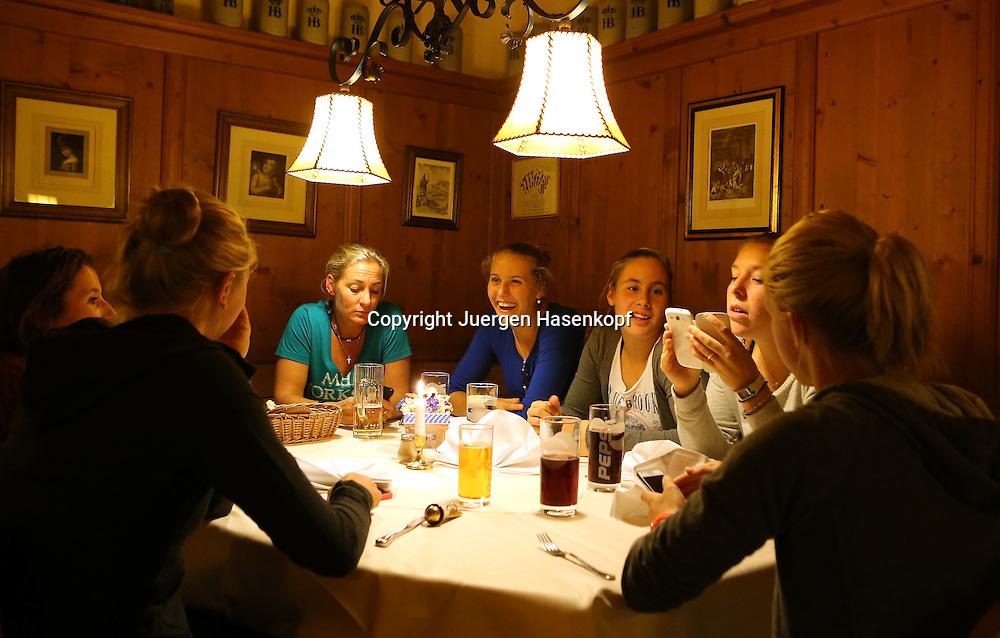 DTB Bundestrainerin und Fed Cup Chefin Barbara Rittner und das Porsche Talentteam Deutschland  bei einem Lehrgang  in Ismaning bei Muenchen, jungeTennis Talente,Barbara Rittner mit ihren Spielerinnen bei einem Abendessen im Restaurant,Antonia Lottner (in blau) und neben ihr Julia Kimmelmann und Anna-Lena Friedsam,Halbkoerper,Querformat,