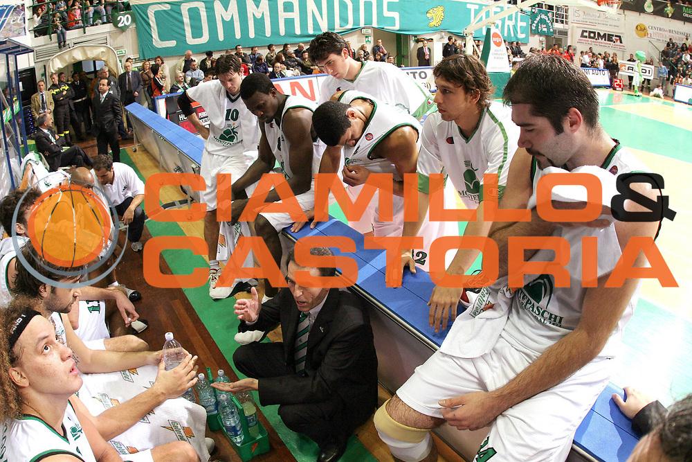 DESCRIZIONE : Siena Lega A1 2005-06 Mens Sana Montepaschi Siena Armani Jeans Olimpia Milano <br /> GIOCATORE : Team Mens Sana Montepaschi Siena Timeout <br /> SQUADRA : Mens Sana Montepaschi Siena <br /> EVENTO : Campionato Lega A1 2005-2006 <br /> GARA : Mens Sana Montepaschi Siena Armani Jeans Olimpia Milano <br /> DATA : 06/11/2005 <br /> CATEGORIA : <br /> SPORT : Pallacanestro <br /> AUTORE : Agenzia Ciamillo-Castoria/M.Cacciaguerra