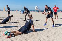 BERGEN - 03-08-2015, strandtraining AZ, strand, AZ speler Aron Johannsson (r), AZ speler Muamer Tankovic (l).