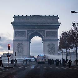 Maintien de l'ordre sur les champs Elysées dans le cadre de la manifestation interdite des gilets jaunes le 24 novembre 2018. Intervention de Compagnies Républicaines de Sécurité (CRS) et de Gendarmes mobiles pour rétablir l'ordre sur l'avenue et de sapeurs pompiers de la BSPP pour éteindre les feux de barricade allumés par les manifestants.<br /> Novembre 2018 / Paris (75) / FRANCE<br /> Voir le reportage complet https://sandrachenugodefroy.photoshelter.com/gallery/2018-11-Manifestation-Gilets-jaunes-a-Paris-Complet/G00005RtHX2SPdLc/C0000yuz5WpdBLSQ