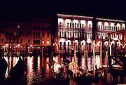 Canale Grande,Gondeln mit einer venezianische Villa im Hintergrund