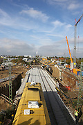 Mannheim. 27.10.14 K&auml;fertal. / Neckarstadt. Im Bau der Stadtbahn Nord und des neu eingebauten Rahmenbauwerks wurde die Bahnstrecke f&uuml;r den Eisenbahnverkehr einspurig freigegeben. Ein sog. &quot;R&uuml;ttler&quot;, eine Spezialzug richtet die Gleise im Gleisbett. <br /> Ein TGV, mit Ziel Paris, kann ungehindert &uuml;ber die neue Baumassnahme fahren.<br /> Bild: Markus Pro&szlig;witz 27OCT14 / masterpress (Bild ist honorarpflichtig)