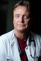 P&aring; billederne:<br /> L&aelig;ge: <br /> Ib Christian Klausen<br /> Projektsygeplejerske (blond h&aring;r og briller):<br /> Berit S. Hedegaard<br /> Sygeplejerske:<br /> Susanne Skindh&oslash;j<br /> Patient (m&oslash;rk tr&oslash;je og bl&aring; jeans)<br /> Elsebeth Andersen 51883750 elsebethandersen59@gmail.com<br /> Patient (lys tr&oslash;je og lyse bukser)<br /> Jonna Kjeldsen 21291690<br /> Patienterne er s&oslash;stre og skal give familie historien til stamtr&aelig;et til for at f&aring; afd&aelig;kket, om forh&oslash;jet kolesterol er noget, der l&oslash;ber i familien. <br /> <br /> Overl&aelig;ge, dr.med. Ib Christian Klausen, Medicinsk Afdeling, Regionshospitalet Viborg, tlf. 7844 7043/mob 2782 0892, email: Ib.C.Klausen@viborg.rm.dk<br /> Den overl&aelig;ge i Viborg, som har ansvaret for kolesterolbehandling og opsporing af patienter med arveligt betinget forh&oslash;jet kolesterol (famili&aelig;r hyperkolesterol&aelig;mi):