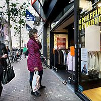 Nederland, Haarlem , 29 november 2012..consumenten letten door de economische crisis op hun uitgaven. Zo ook wat betreft het z.g. Sinterklaas winkelen. Er wordt meer gekeken naar koopjes zoals in winkels met uitverkoop en b.v. opheffingsuitverkoop zoals hier in het centrum van Haarlem..Foto:Jean-Pierre Jans