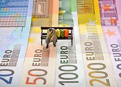 28.01.2012, THEMENBILD PAKET, GER, Euro Krise, Banknoten, im Bild diverse EURO-Banknoten, Fächer, Figur, Obdachloser, Parkbank, Symbolbild EURO-Krise, Inflation, Privatinsolvenz. EXPA Pictures © 2012, PhotoCredit: EXPA/ Eibner/ Weber ATTENTION - OUT OF GER *****