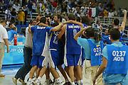 ATENE,  27 AGOSTO 2004<br /> OLIMPIADI ATENE 2004<br /> BASKET, SEMIFINALE<br /> ITALIA - LITUANIA<br /> NELLA FOTO: ESULTANZA TEAM ITALIA<br /> FOTO CIAMILLO