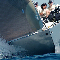 SEMAINE INTERNATIONALE DE PORQUEROLLES <br /> CLASSE 12 M J Ce yacht a été construit en 1983 pour participer à la coupe de l'America. C'était un des voiliers construits pour le milliardaire australien Alan Bond afin de choisir un challenger pour conquérir la Coupe de l'America. Ce fut Australia II, qui différait de Challenge 12 par sa fameuse quille à ailettes, qui remporta les éliminatoires (coupe Louis Vuitton) et qui finit par remporter la Coupe. Le perdant, Dennis Conner, ne perdit pas la tête comme prévu par le règlement du New York Yacht Club ; mais il fut quand même renvoyé et dut aller se réfugier à San Diego, très loin de NewYork, et il y créa un nouveau syndicat pour récupérer SA coupe. Avec succès : il récupérait son précieux bibelot et sa notoriété en battant un autre bateau australien, Kookaburra III, en 1987.<br />     Aujourd'hui Challenge 12 est basé à Antibes et appartient au chantier naval Tréhard, qui l'a construit. Il participe aux régates classiques en Méditerranée.