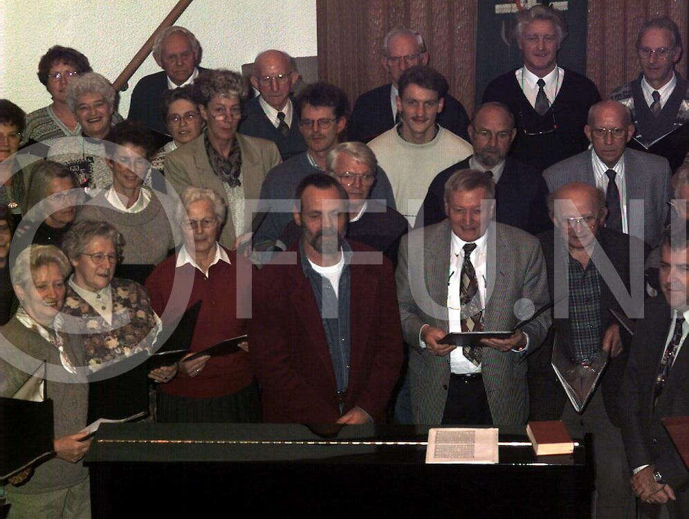 nieuwleusen : dik huzen ( met baard midden ) neemt afscheid van koor..foto frank uijlenbroek@1995