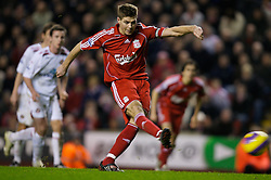 LIVERPOOL, ENGLAND - Saturday, February 2, 2008: Liverpool's captain Steven Gerrard MBE scores the third goal from the penalty spot against Sunderland during the Premiership match at Anfield. (Photo by David Rawcliffe/Propaganda)