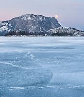 Fullmåne over islagt vann i Sandnes kommune, Rogaland. Lutsivatnet.