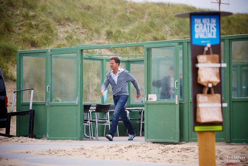 Wassenaar, 18 augustus 2015 - Premier Mark Rutte verlaat de strandtent na afloop van de Heisessie met de rest van het kabinet. <br /> Het kabinet hield de traditionele heidag op het wassenaarse strand bij strandtent De Sport.<br /> Foto: Phil Nijhuis