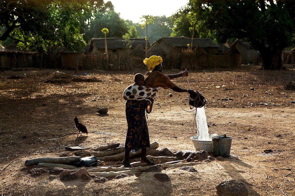 late afternoon, collecting water. ..Morola, Mali.