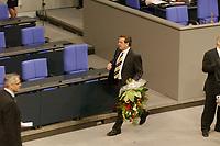 22 OCT 2002, BERLIN/GERMANY:<br /> Gerhard Schroeder (M), SPD, verlaesst mit einem Strauss Blumen den Plenarsaal, nachdem er die Wahl zum Bundeskanzler durch die Mitglieder des Bundestages gewonnen hat, Sitzung des Deutschen Bundestages zur Wahl des Bundeskanzlers, Plenum, Deutscher Bundestag<br /> IMAGE: 20021022-01-052<br /> KEYWORDS: Gerhard Schröder, flowers,
