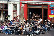 Mensen genieten op het terras bij café De Zaak aan de Korte Minrebroederstraat in Utrecht van het mooie nazomerweer.<br /> <br /> People are enjoying a nice day in September on a terrace in Utrecht.
