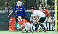BLOENDAAL - Matthew Swann werkt de bal weg tijdens de hoofdklasse wedstrijd hockey tussen de mannen van Bloemensaal en Rotterdam (2-3) COPYRIGHT KOEN SUYK