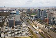 Nederland, Amsterdam, Zuidas, 16-04-2008; het hart van de Zuidas, autosnelweg A10 zuid, onderdeel van de ring de ring A10, gezien naar de oosten;.links van de snelweg in de voorgrond het gerechtshof (rechtbank) aan de Parnassusweg, daarachter het Atrium en het WTC, rechts Mahler 4 en daarachter het hoofkantoor van de ABN-AMRO; links aan de horizon Breitner en Rembrandtoren bij Amstelstation - met hoofdkantoor Philips;.Zuid-as, 'South axis', financial center in the South of Amsterdam, with headquarters  of former ABN AMRO, now Fortis; 'the City', financial district...  .luchtfoto (toeslag); aerial photo (additional fee required); .foto Siebe Swart / photo Siebe Swart