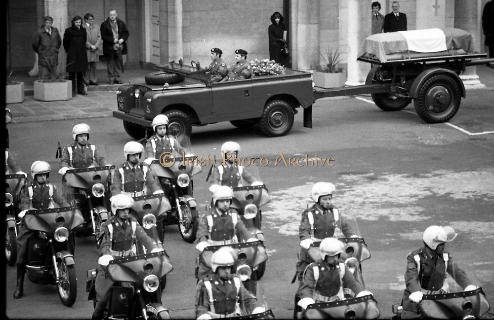 Funeral of President Childers.    (H62)..1974..20.11.1974..11.20.1974..20th November 1974..Following a period of lying in state, the remains of President Erskine Childers were removed today from Dublin Castle. The cortege would transfer the president to St Patrick's Cathedral where the funeral service would be held...Picture shows the Tricolour draped coffin aboard the gun carriage in preparation for the short journey to St Patrick's Cathedral.